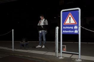 Lukas Krejci beim Bahnhof Speicher, der zweiten Station der ambulanten Lesung.