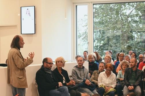 Mark Riklin erläutert die Entstehung der Ambulanten Lesung.