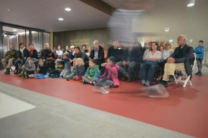 Erste Station: Parkgarage. Ein Mann eilt am versammelten Publikum vorbei.