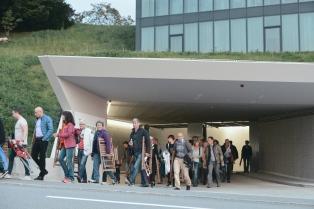 Eine schweigende Prozession geht von der Parkgarage zum Parkplatz auf der Vögelinsegg.