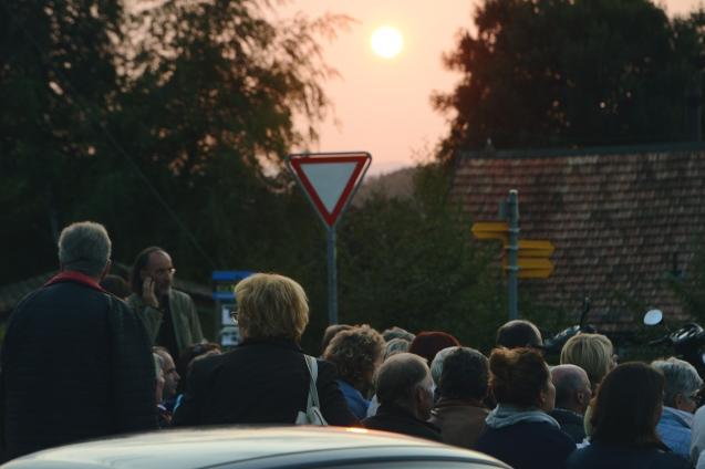 Das beeindruckende Panorama und die untergehende Sonne bilden die Kulisse für die zweite Station der Ambulanten Lesung.