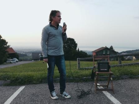 Lukas Krejci erklärt, dass er sich an etwas erinnere, das sich offensichtlich hier auf diesem Parkplatz ereignet habe.