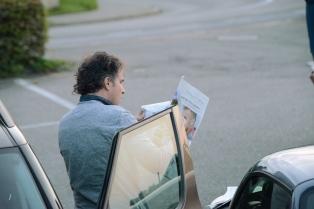 Die Zeitung liegt im Auto.
