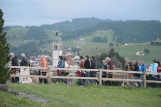 Das Publikum geht dem Höhenweg entlang weiter zum Hotel Höhenblick.