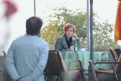 Sie wirkt traurig. Vor ihr auf dem Tisch liegt ihr Tagebuch.