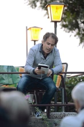 Lukas Krejci liest den letzten Eintrag vor.