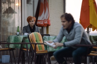 Auch Elisa (Manuela Gerosa) hört zu, die Traurigkeit noch immer im Gesicht tragend.